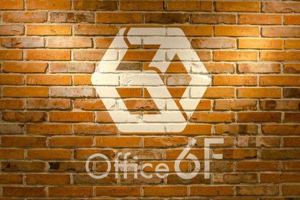 6Fのエントランス部分のロゴ