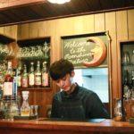 バーカウンターに立つ星野さん