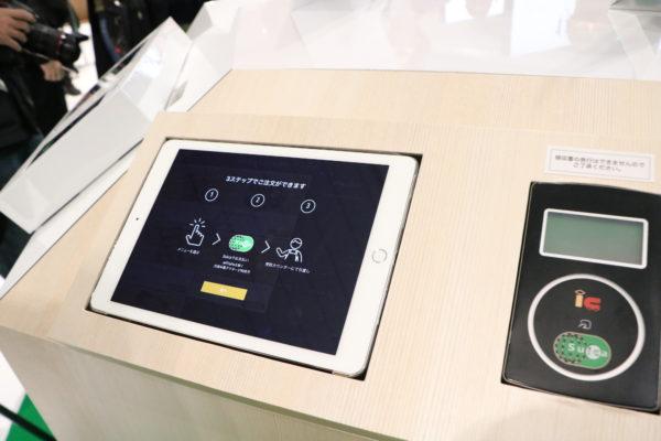 商品の選択と注文を行うタブレットと、キヨスクのSuica端末